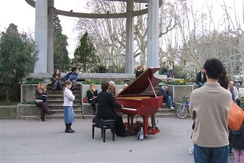 Montpellier - piano player on the square
