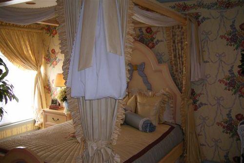 Lucy Ewing's bedroom